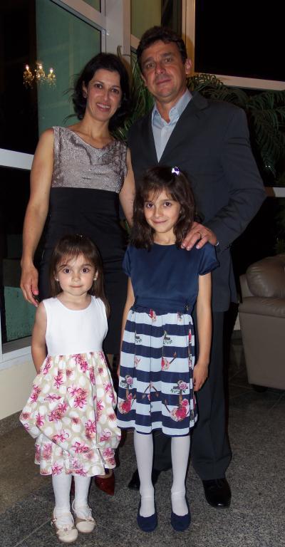 Adriane Gomes Andreatta,   Angelo Andreatta, as filhas Helena e Estela